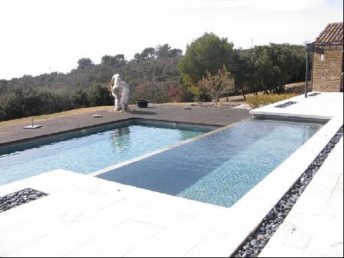 Villa moderne en pierre dans le luberon pour production for Maison moderne 400m2