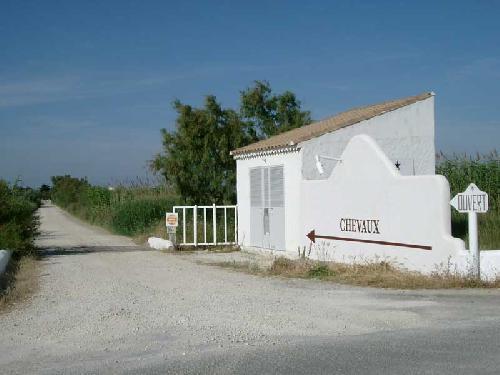 location d'un mas blanc pour production photographique camargue